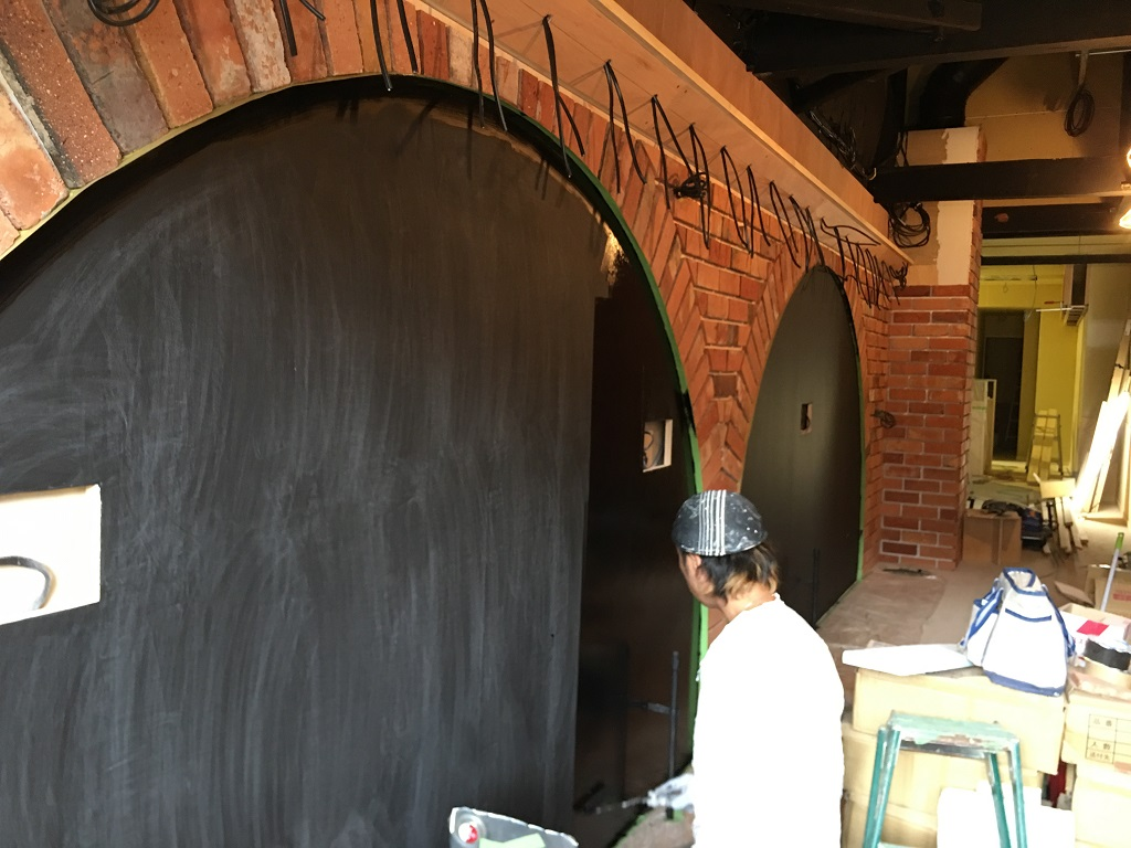 アンティークの赤レンガと黒板塗装工事 進行中です;