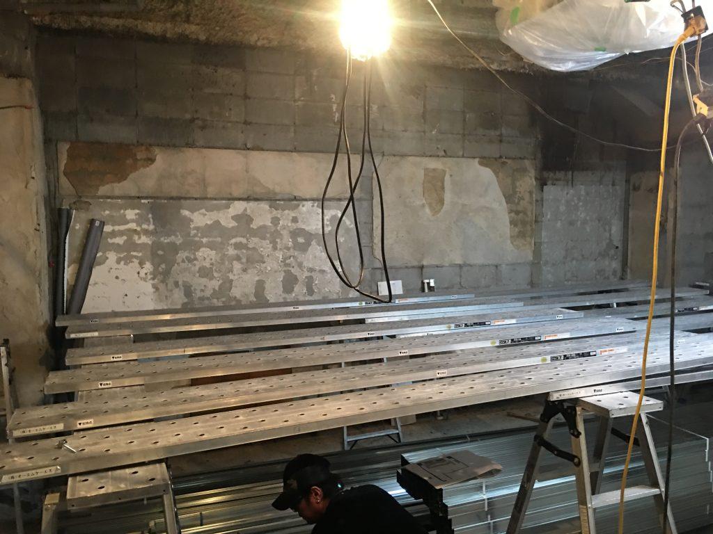 解体終わって造作開始。最初の軽天工事の進み方は見事でございます;