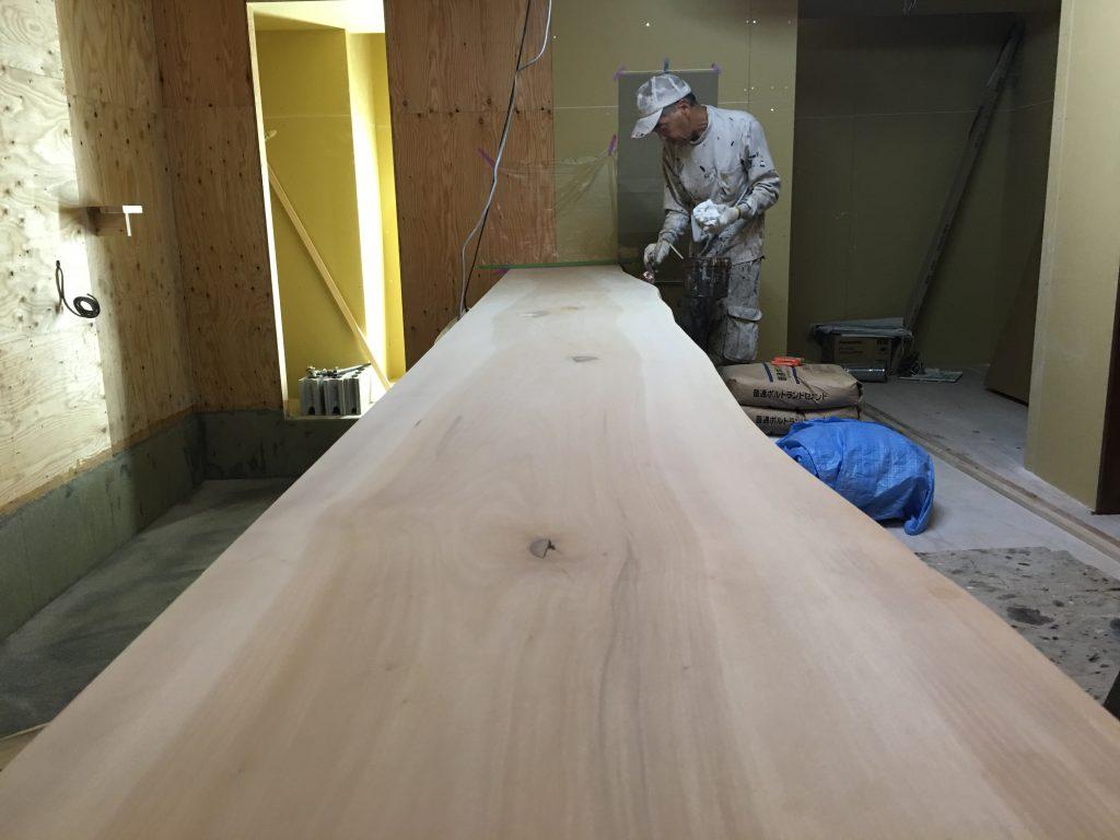 河原町六角のBARは、内装の決め手に着手しております。いざ塗装!;