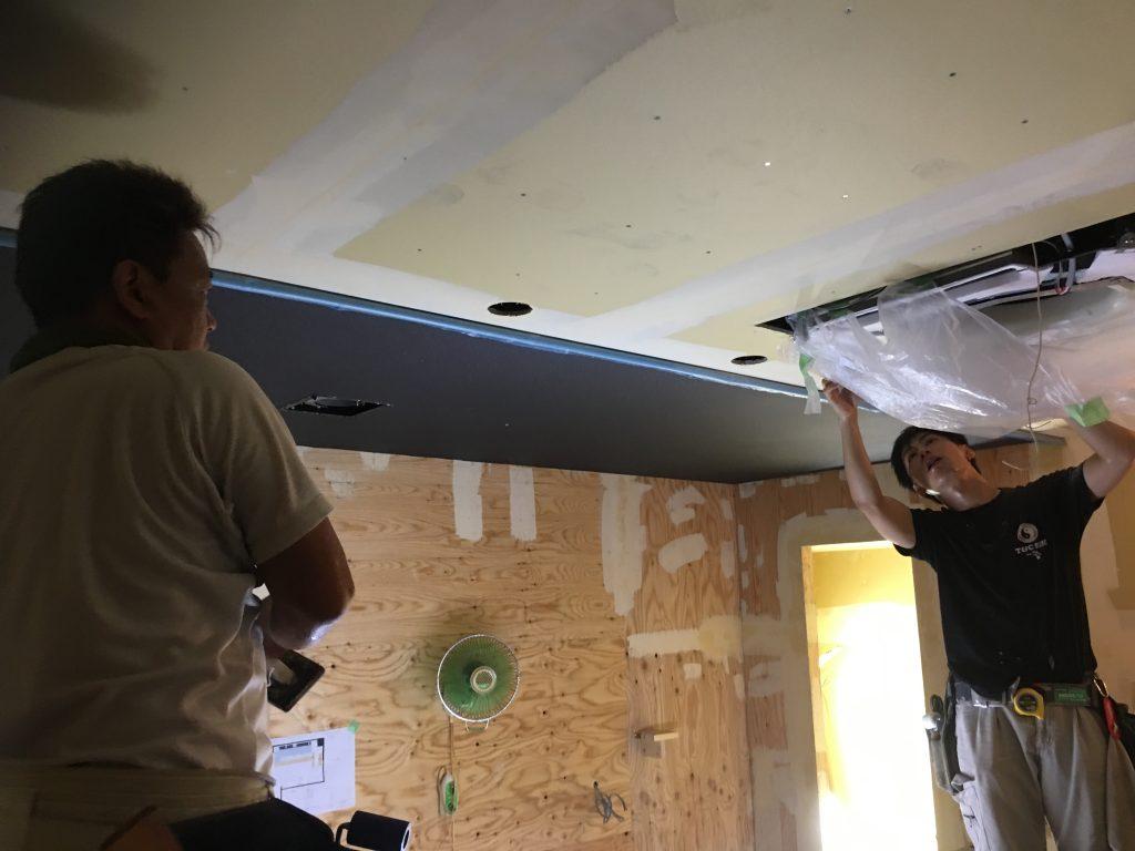 六角のBARの新装工事も着々。 壁紙と床貼にかかってくることでいよいよ全貌が見えてきます。;