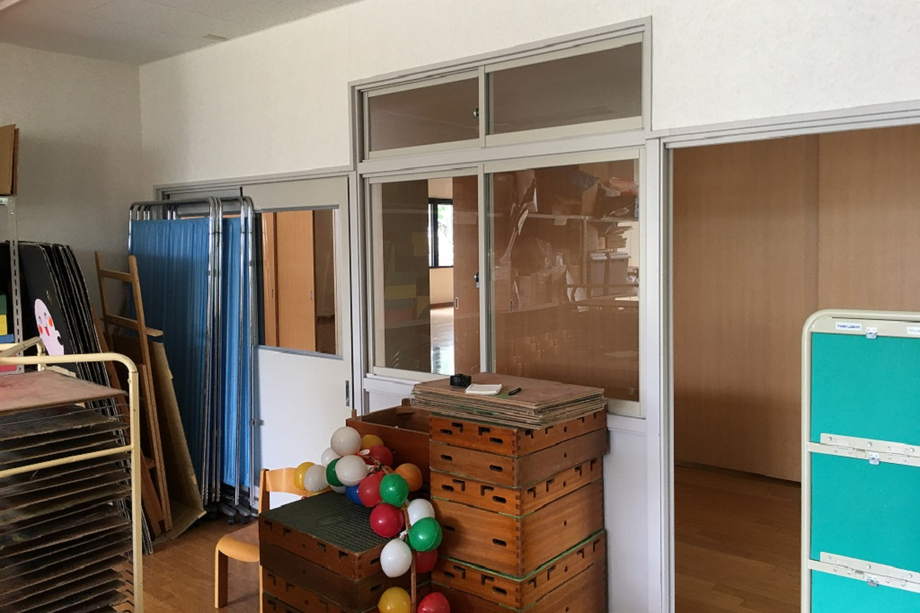 各ドアにロールスクリーン設置、窓に合わせてサイズを測り特注にて制作致しました。;