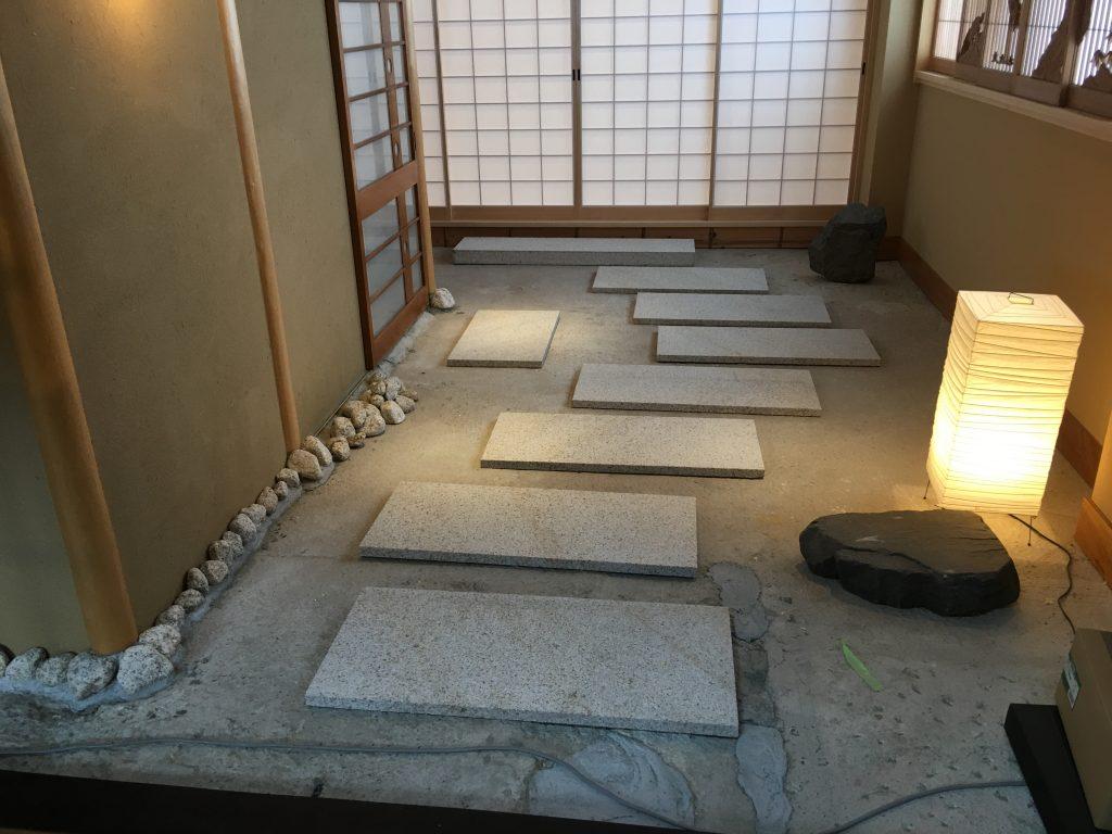 ビルの4Fに造った日本家屋の玄関風インテリア! 石と玉砂利で作りました。;