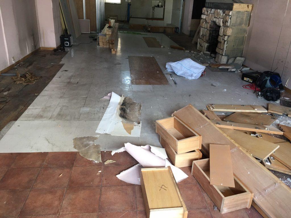 のわのわカフェ様の移転工事、いざ着工、解体。イワキスタイル七つ道具(本当はもっといっぱいありますが)ご紹介です。;