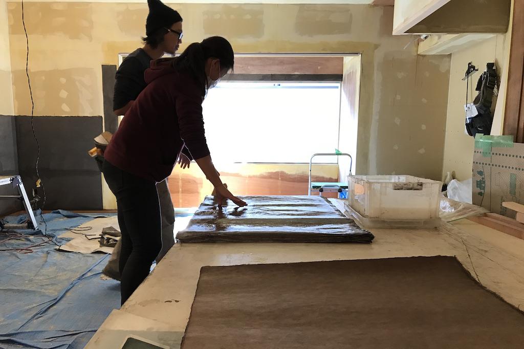 古民家改修工事。壁面に和紙を貼ることで雰囲気がかわりました!和紙職人さんの様子をお届けします;