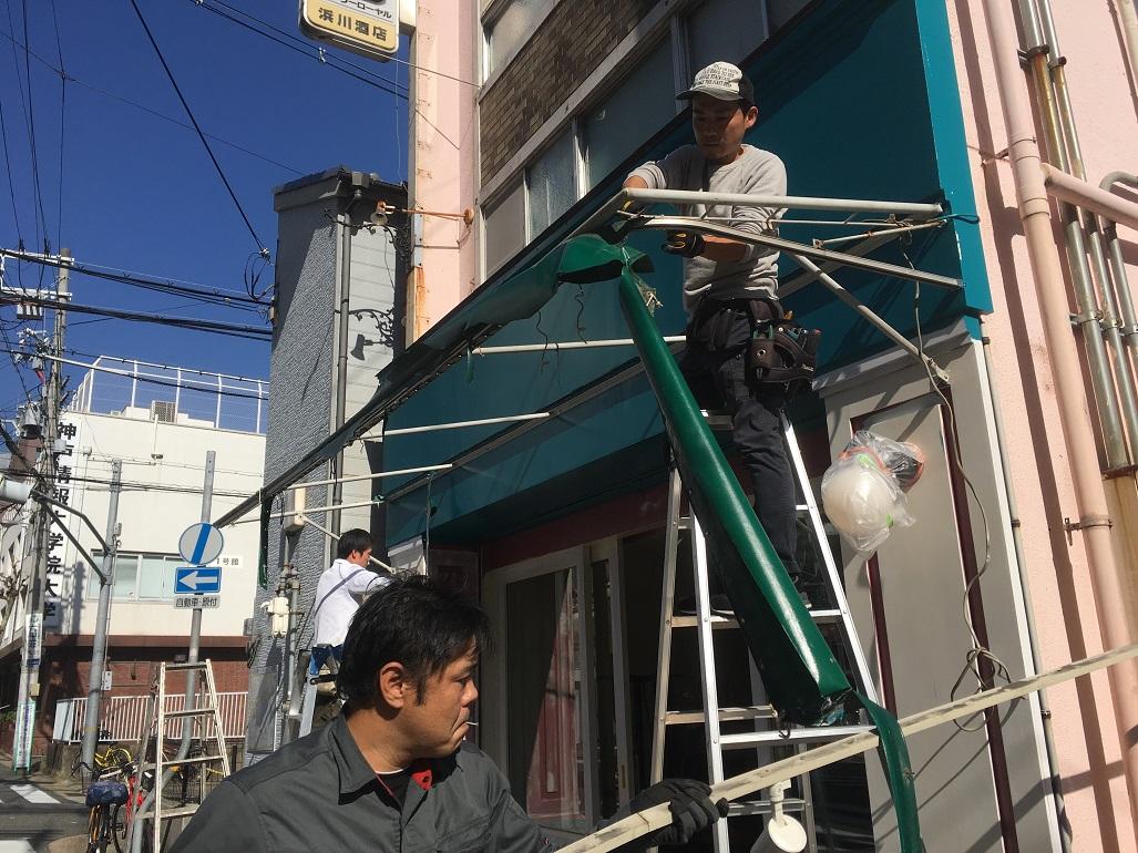 神戸三ノ宮のわのわカフェ様のテント生地張替工事をご紹介いたします。お店の顔になる大切な工事でございます。;