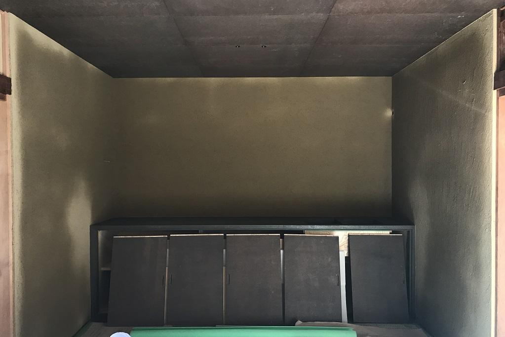 古民家改修工事は土壁と並行してシュッとした棚付け作業です!;