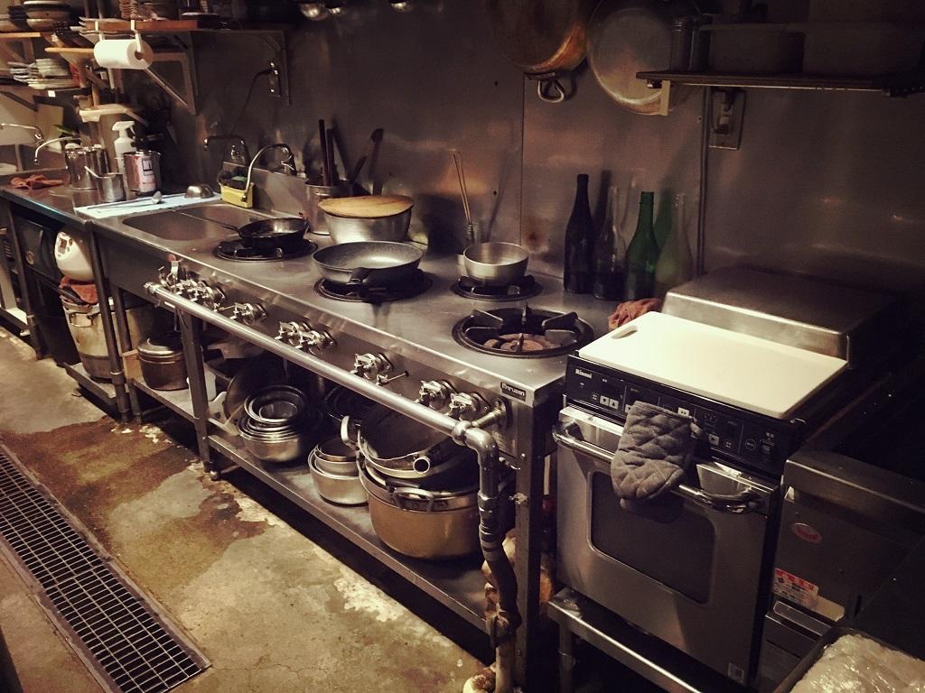現在工事中であります西院さかぶくろ様。厨房レイアウトの変更や壁面の意匠変更をしております。;