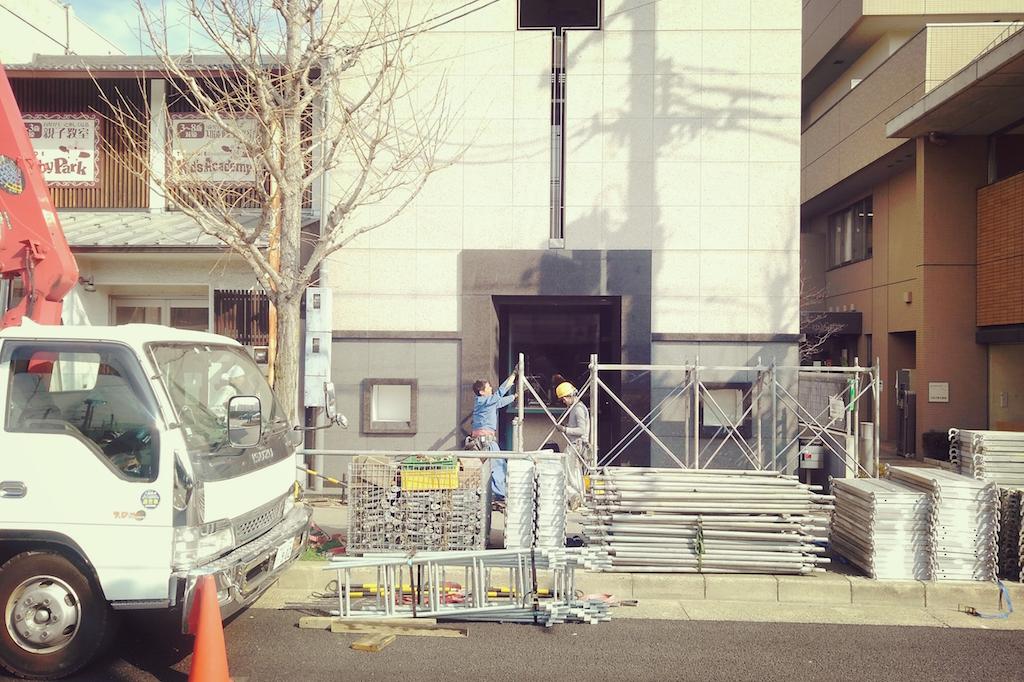 京都北山にて新たな現場がスタートしました!三階建ての全棟宝飾店の改装工事です;