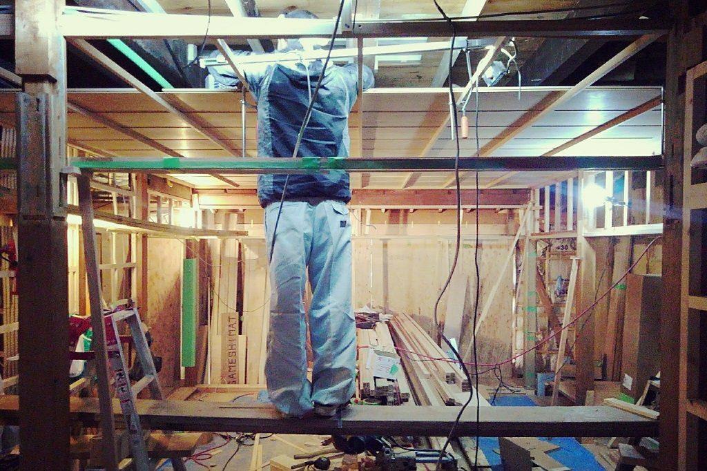 東山別荘では、天井板を貼りだしております。;