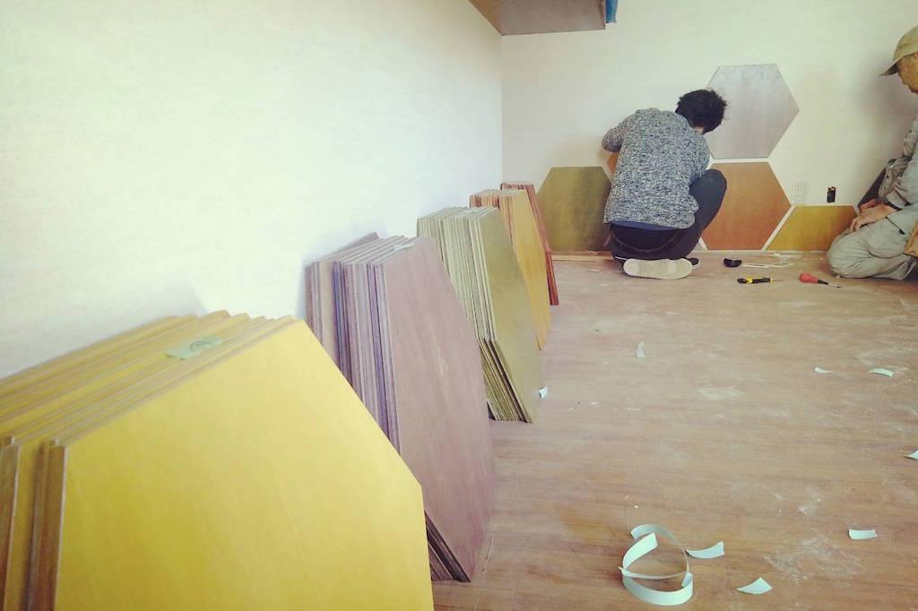 ボードゲームカフェ、六角形のパネルを貼っていく壁面デザインの施工です!;