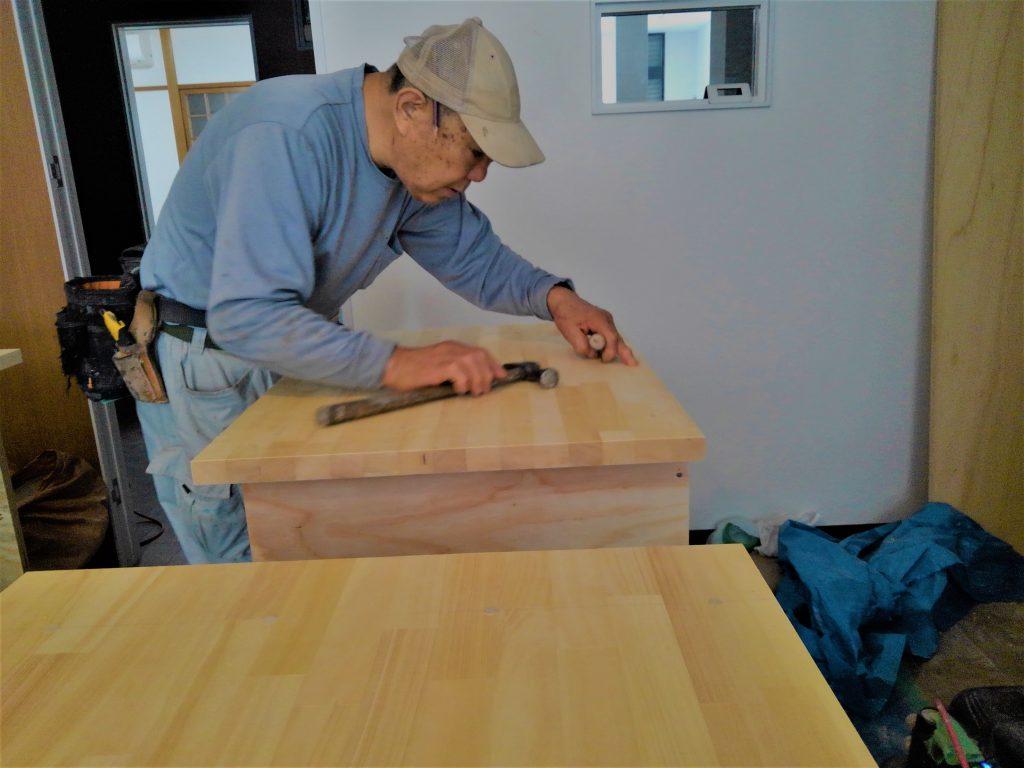 彫金教室工房うずり様。大工さんによる特殊なテーブルの造作をやっております。;