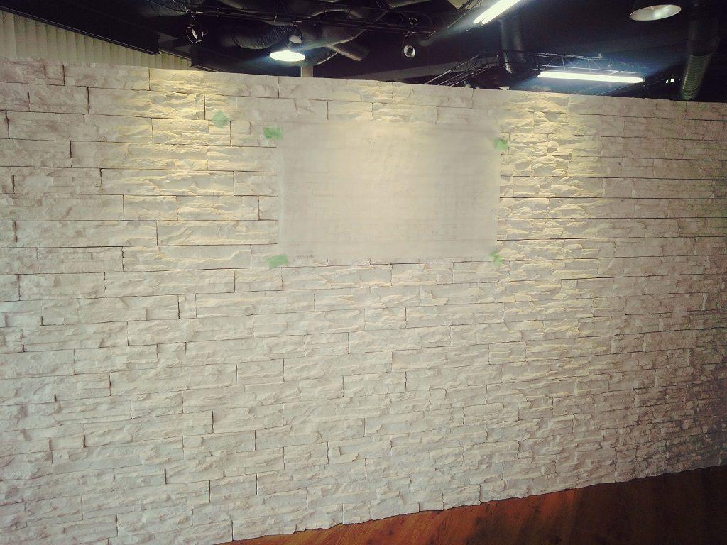 SUS切り文字看板 凹凸のある壁~ボルト立て取付編~;