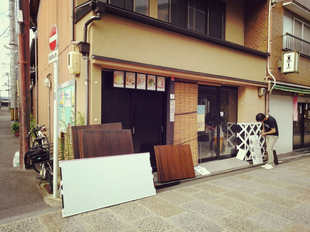 京都・八坂の塔近くのソフトクリームとかき氷のお店、「水色亭」様の取付施工でございます。;