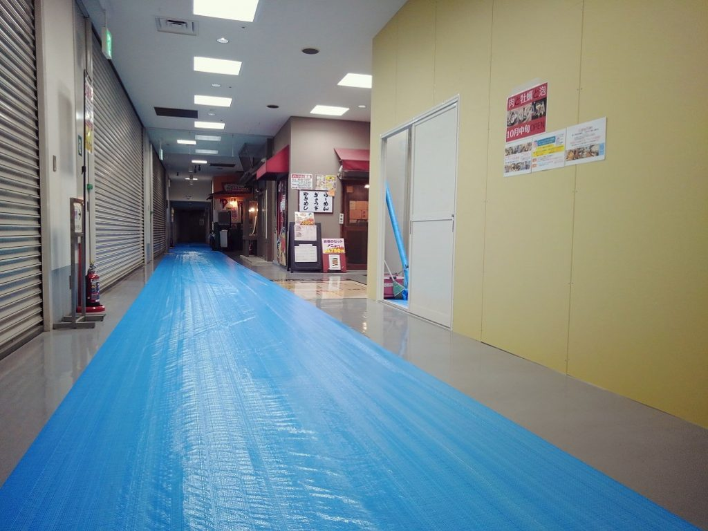 滋賀県草津 バルの新装工事は解体屋さんが夜通し頑張っております!!;