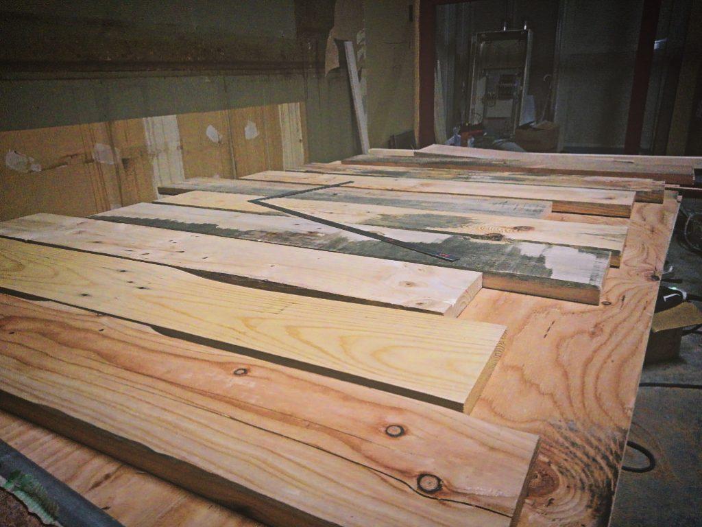 滋賀県草津カキマサ2nd様工事は仕上げ工事に入っております。エイジング加工の板張りがとんでもなくいい感じです。;