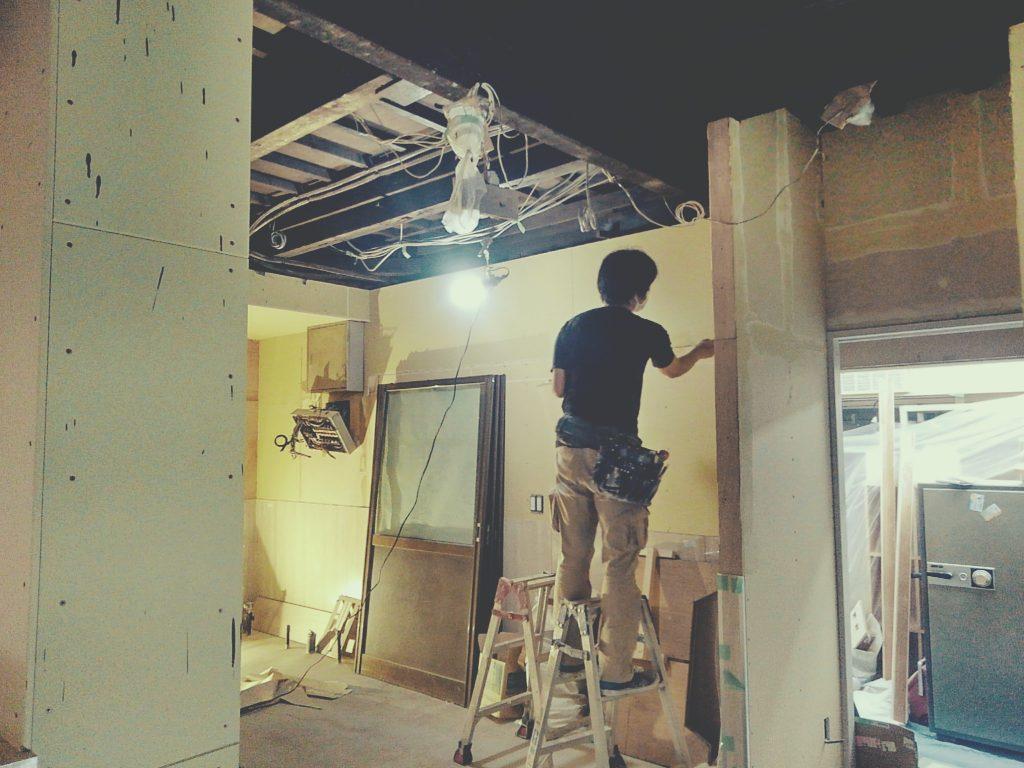 SEPSEP様、クロス貼り工事が始まり店内は一気に色が付きました!;