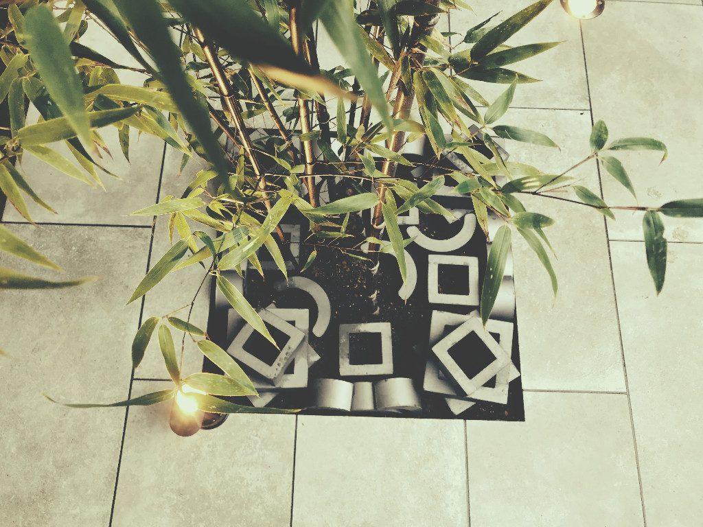 植栽の空間も瓦でアレンジ;