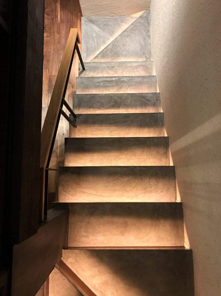 MORTEXにて階段を;