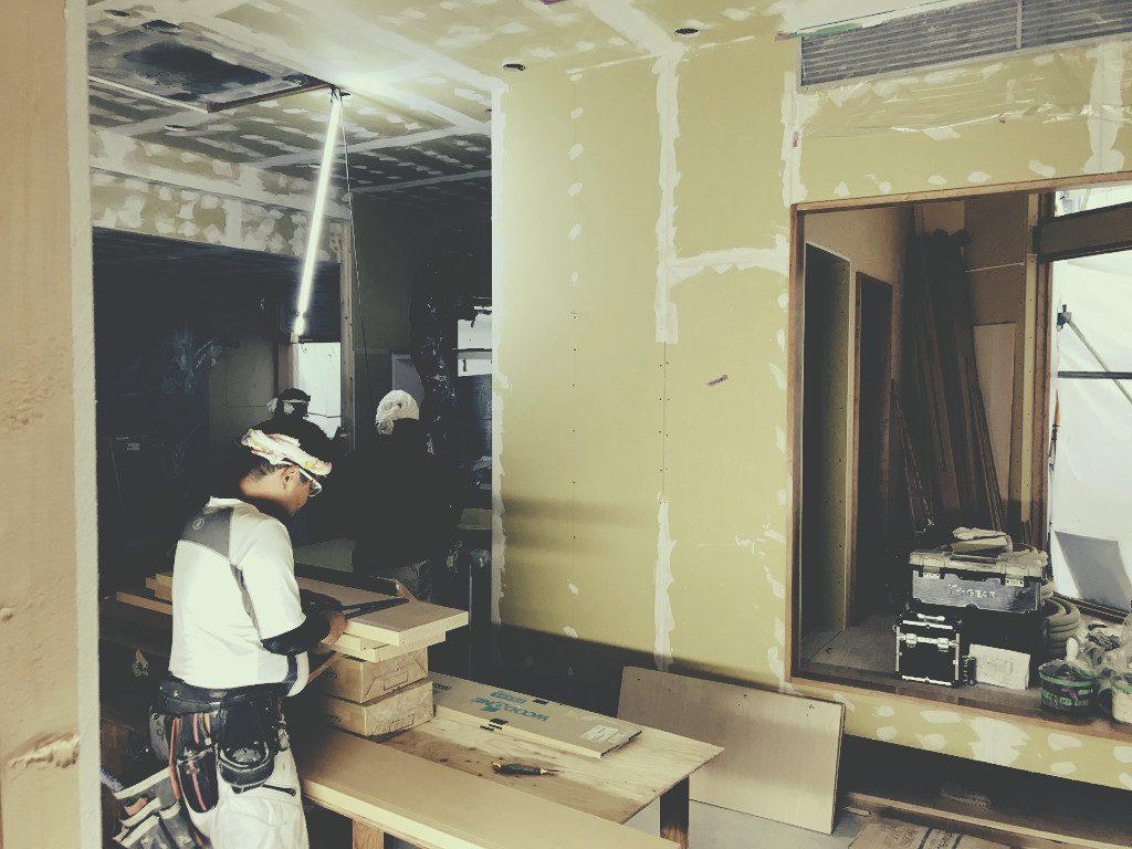 京都河原町蛸薬師の猫カフェ様工事は階段がかかっています。;