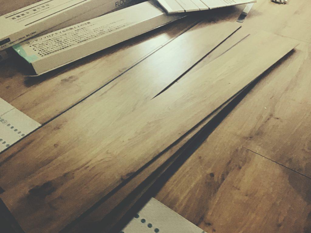 床フロアタイル貼り工事です!;