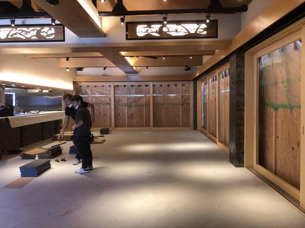 嵐山良彌様では床貼施工が進んでおります;